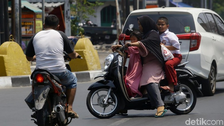 Sejumlah pemotor nekat melawan arus di kawasan Pondok Labu, Jakarta Selatan. Imbasnya lalu lintas jadi makin semrawut.
