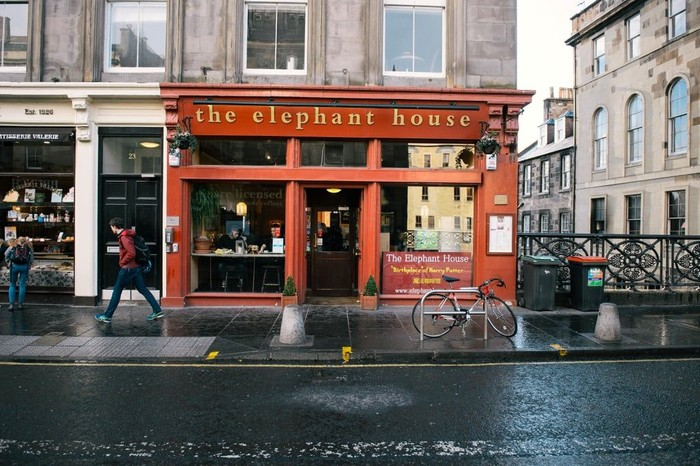 Tampil sederhana namun tetap menawan. Elephant House jadi tempat dimana J.K Rowling menulis halaman pertama buku Harry Potter yang sudah mendunia. Banyak penggemar Harry Potter, yang sengaja berkunjung ke kafe klasik ini. Foto: Istimewa