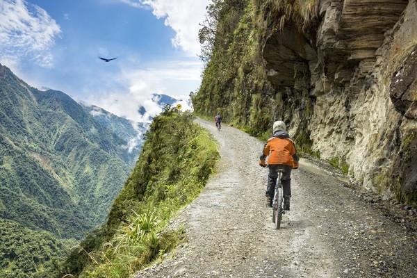 Masuk ke wilayah Yungas, jalanan akan semakin tinggi. Berada tepat di La Cumbre Pass, kamu akan berada dititik tertinggi yaitu 4.650 meter. Pemandangan hijau, segar dan kabut tipis akan jadi suguhan. (iStock)
