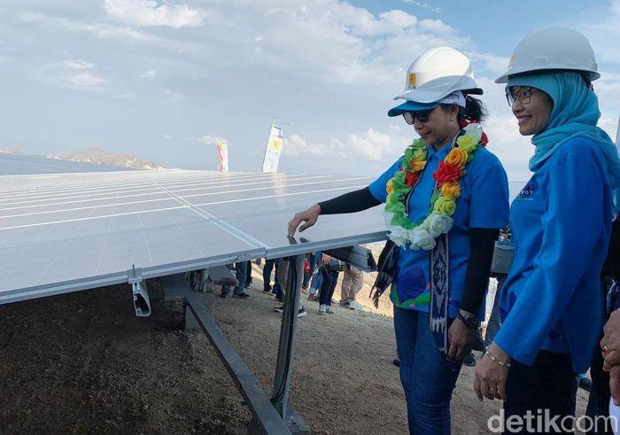 Rini Soemarno meninjau panel surya di Pembangkit Listrik Tenaga Surya (PLTS) Komunal, Nusa Tenggara Timur. Istimewa/PLN.