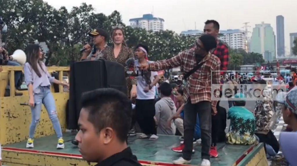 Polisi Ikut Dangdutan di Demo Tolak Perppu KPK Depan DPR