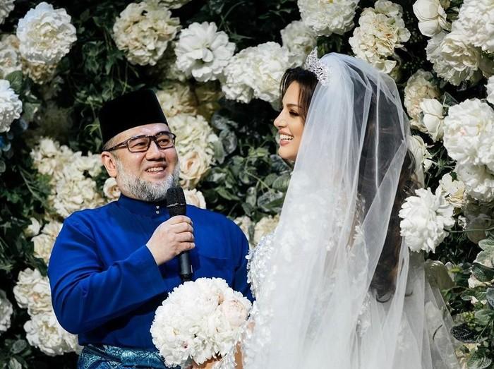 Mantan raja Malaysia, Sultan Muhammad V dan Oksana Voevodina saat menikah. Foto: instagram @rihanapetra