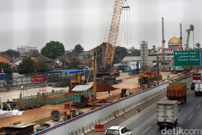 Pembangunan terowongan kereta cepat Jakarta-Bandung menggunakan Tunnel Boring Machine (TBM), yaitu alat bor yang didatangkan khusus dari China.