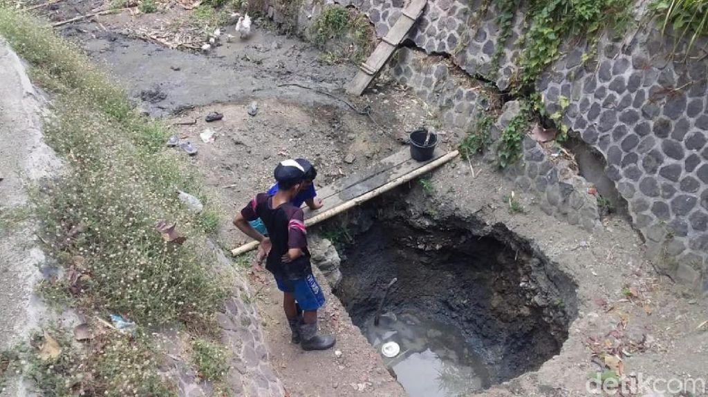 Kekeringan, Warga Ciamis Gali Sungai Kering untuk Peroleh Air Bersih