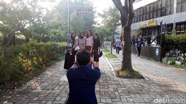 Mumpung berada di Kota Busan, kesempatan untuk berfoto-foto di depan Jalan Surabaya jangan sampai dilewatkan. (Hilda/detikcom)