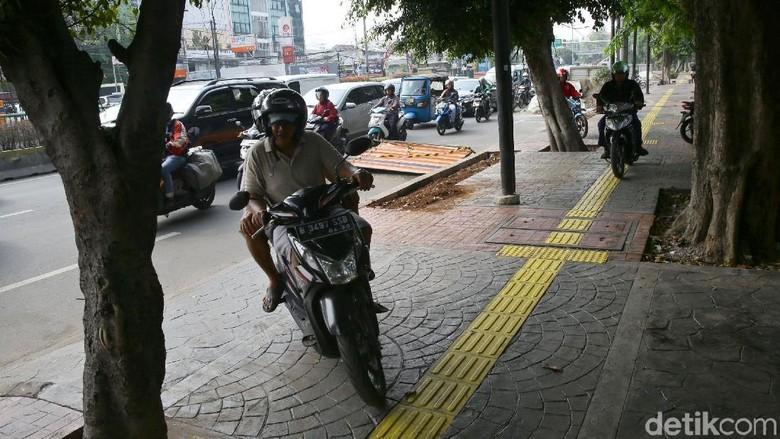 Pemotor Jajah Trotoar Jakarta