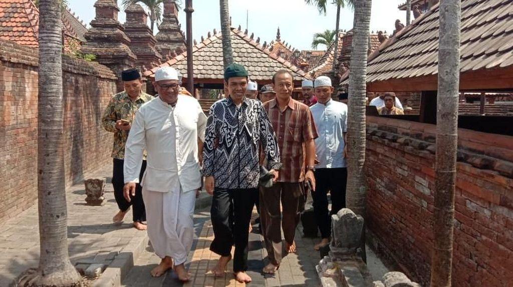 Momen Ustaz Abdul Somad Ziarah ke Makam Sunan Kudus