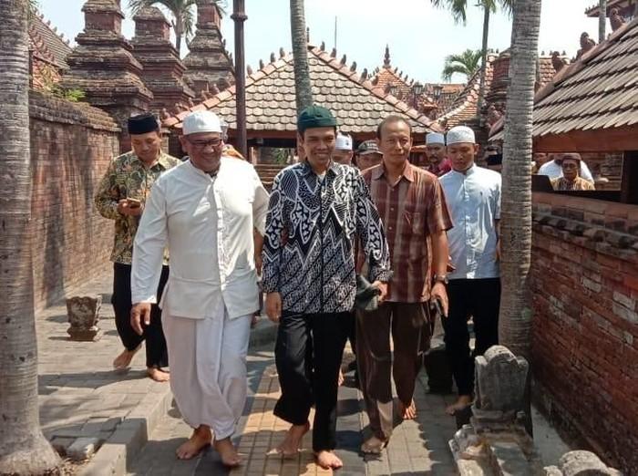 Ustaz Abdul Somad saat melakukan ziarah ke makam Sunan Kudus, Rabu (9/10/2019). (Foto: dok. Istimewa)