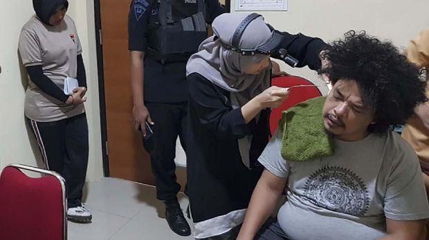 Juru Bicara Front Rakyat Indonesia untuk West Papua (FRI-WP) Surya Anta diperiksa kesehatannya saat dalam tahanan polisi.