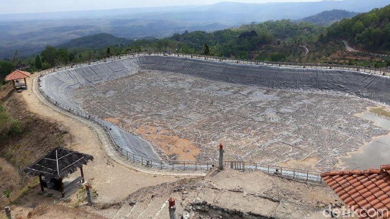 Beginilah situasi terkini Embung Nglanggeran di Gunungkidul, Yogyakarta. Saat musim kemarau, debit air embung ini menyusut secara drastis. (Pradito/detikcom)