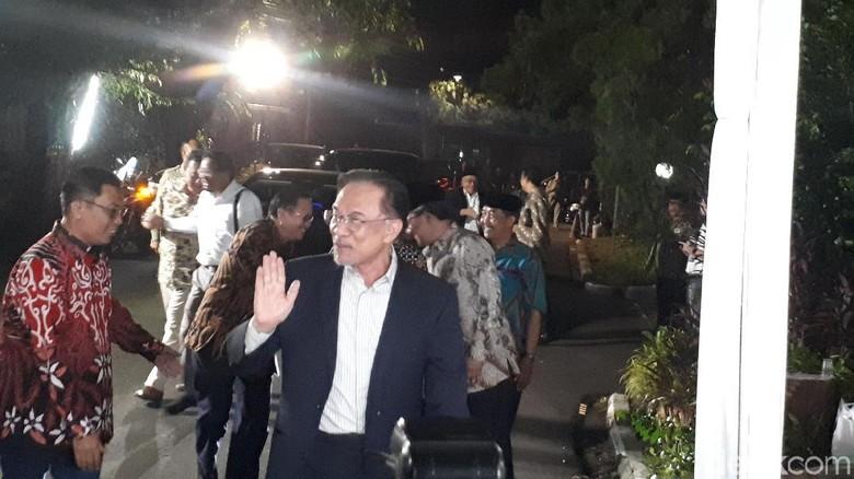 Anwar Ibrahim Takziah ke Keluarga Habibie di Kuningan