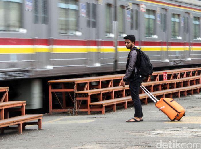Seorang penumpang tengah beraktivitas di Stasiun Manggarai, Jakarta, Rabu (9/10/2019).