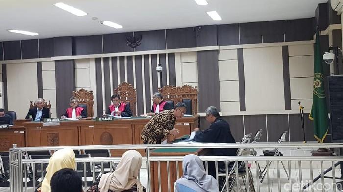 Suasana sidang kasus suap Bupati Kudus di Pengadilan Tipikor Semarang. (Angling Adhitya Purbaya/detikcom)