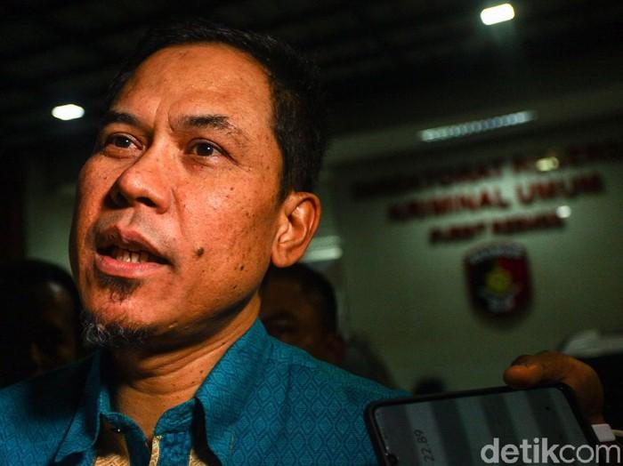 Munarman selesai menjalani pemeriksaan sebagai saksi terkait kasus penculikan dan penganiayaan Ninoy Karundeng. Munarman tampak meninggalkan Polda Metro Jaya.