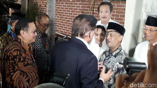 Anwar Ibrahim disambut putra Habibie, Thareq Kemal Habibie dan Ilham Akbar Habibie.