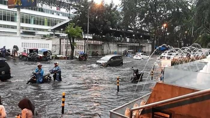 Banjir di depan Mal Centre Point Medan. (Foto: Dok. Istimewa)