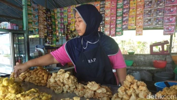 Penjual gorengan di Sidoarjo (Suparno/detikcom)
