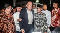 Anwar diterima oleh putra Habibie yaitu Ilham Akbar Habibie dan Thareq Kemal Habibie. Sebelumnya, terlihat pula Ketua Ikatan Cendikiawan Muslim Indonesia (ICMI) Jimly Asshiddiqie tampak menyambangi kediaman Habibie.