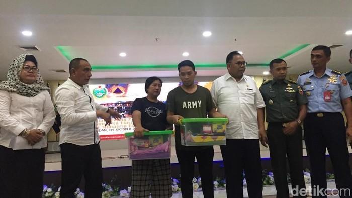 Gubernur Sumut Edy Rahmayadi bersama warga Sumut dari Wamena yang baru tiba di Medan. (Khairul/detikcom)
