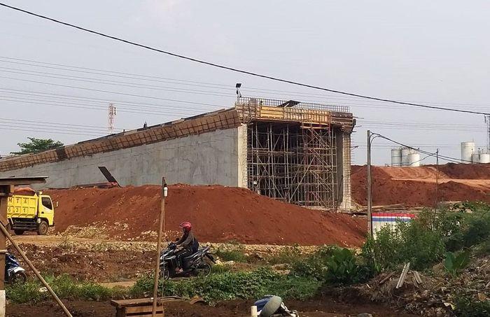 Proyek pembangunan terowongan di Jalan Tol Desari di Krukut, Limo, Depok, ambruk. Peristiwa ini menyebabkan lima pekerja terluka. Foto: Istimewa.