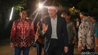 Mantan Wakil Perdana Menteri Malaysia, Dato Seri Anwar Ibrahim menyambangi kediaman almarhum Presiden ke-3 RI BJ Habibie di kawasan Kuningan, Jakarta Selatan. Kedatangan Anwar untuk takziah atas wafatnya Habibie.