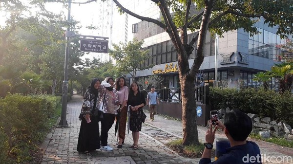 Dengan adanya Surabaya-Gil, nama Kota Surabaya jadi cukup terkenal di kalangan warga Busan. Setiap hari, ada ribuan orang yang melintas di jalan Surabaya-gil. (Hilda/detikcom)