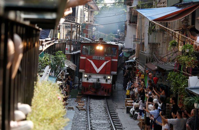Menariknya, rel yang berada di pinggir kafe-kafe tersebut masih aktif dilintasi oleh kereta api. Pemandangan unik nan mencekam ini pun menarik perhatian dan minat wisatawan untuk datang berkunjung ke sana.