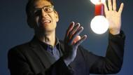Pemburu Planet dan Pakar Big Bang yang Menang Nobel Fisika