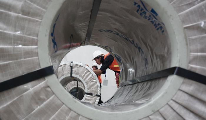 Maraknya pembangunan perumahan di Indonesia masih membutuhkan cukup banyak material berkualitas. Salah satunya adalah baja lapis aluminium seng (BJLAS) sebagai bahan baku dari profil baja ringan dan juga atap metal. Direktur Industri Logam Kementerian Perindustrian, Dini Hanggandari mengatakan, setiap tahunnya dibutuhkan 1,5 juta ton baja lapis zinc aluminium di Indonesia. Foto: dok. Kemenperin
