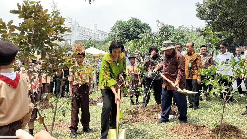 Gemas, Sri Mulyani hingga Darmin Tanam Pohon Bareng Anak SD