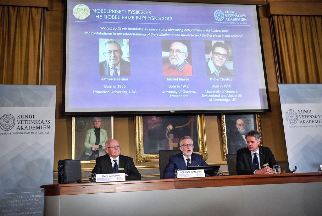 Komite Nobel di Swedia mengumumkan pemenang Nobel Fisika edisi tahun ini yang diraih oleh 3 ilmuwan yang sama-sama berkiprah di bidang astronomi, yaitu James Peebles, Michel Mayor dan Didier Queloz. Foto: Reuters