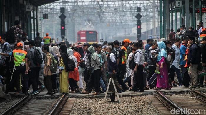 Padatnya situasi di stasiun kereta (Foto: Rifkianto Nugroho)