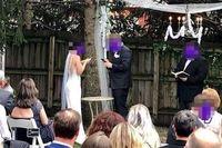 Foto kedua pengantin yang main HP update status saat upacara pernikahan dikritik