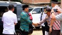 Sebelum diserang, tampak Wiranto keluar dari SUV hitam yang diketahui adalah Toyota Land Cruiser Prado. Mobil SUV bongsor itu menggunakan nomor polisi RI 16, pelat nomor yang digunakan untuk Menkopolhukam. Foto: Dok. Polres Pandeglang