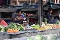 Para mama yang berjualan di pasar tradisional