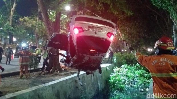 Evakuasi mobil yang tercebur selokan