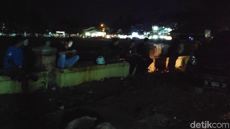 Hingga Malam Hari, Warga Masih Berkumpul di Lokasi Penusukan Wiranto