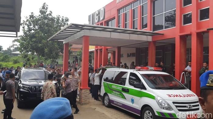 Foto: Ambulans yang membawa Wiranto dari Pandeglang (Bahtiar/detikcom)