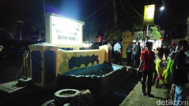 Warga Masih Berkumpul di Sekitar Lokasi Penusukan Wiranto