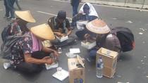 Belum Bisa ke Istana, Massa Petani Makan Nasi Kotak di Tengah Jalan