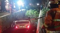 Diduga Sopir Ngantuk, Mobil Isi Satu Keluarga Tercebur Selokan