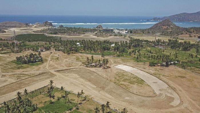 Foto udara panorama pantai Serenting di Kawasan Ekonomi Khusus (KEK) Mandalika, Kuta, Kecamatan Pujut, Praya, Lombok Tengah, NTB, Rabu (4/9/2019). Pantai Serenting yang memiliki panorama alam yang masih alami dengan pasir putihnya adalah salah satu pantai yang berdekatan dengan lokasi pembangunan lintasan Mandalika
