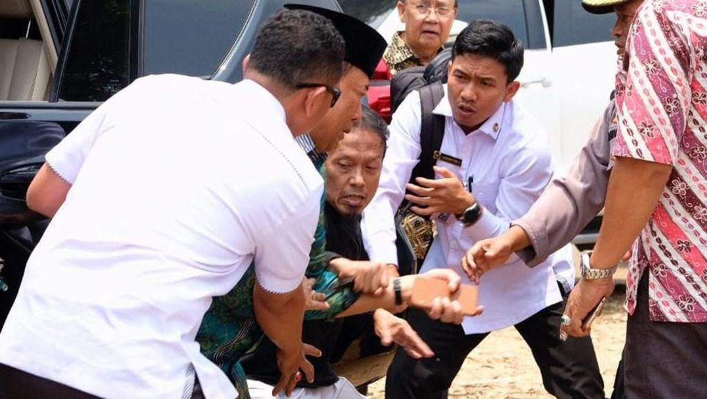 Kronologi Luka Tusuk Wiranto, Ditandu hingga Operasi Usus