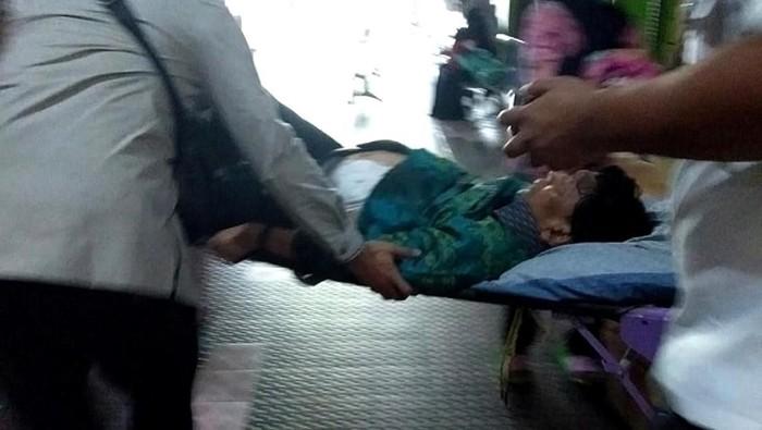 Wiranto ditandu usai mengalami serangan pria bersenjata tajam (Foto: Dok. Polsek Pandeglang)