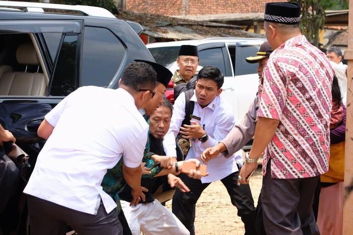 Menko Polhukam diserang Syahrial Alamsyah di alun-alun Menes, Pandeglang (dok. Istimewa)