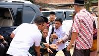 Detik-detik penyerangan Wiranto setelah turun dari mobil Land Cruiser Prado. Foto: dok. Istimewa