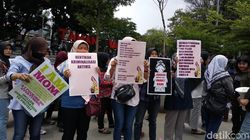 Ibu-Ibu Bandung Aksi Damai untuk Mahasiswa Korban Kekerasan Aparat