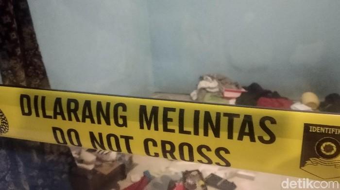Densus 88 menggeledah mes teroris di Bandung. (Dony Indra Ramadhan/detikcom)