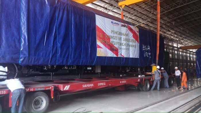 Ada satu trainset atau enam gerbong kereta LRT dibawa ke Jakarta via jalan tol. Pool/PT INKA.