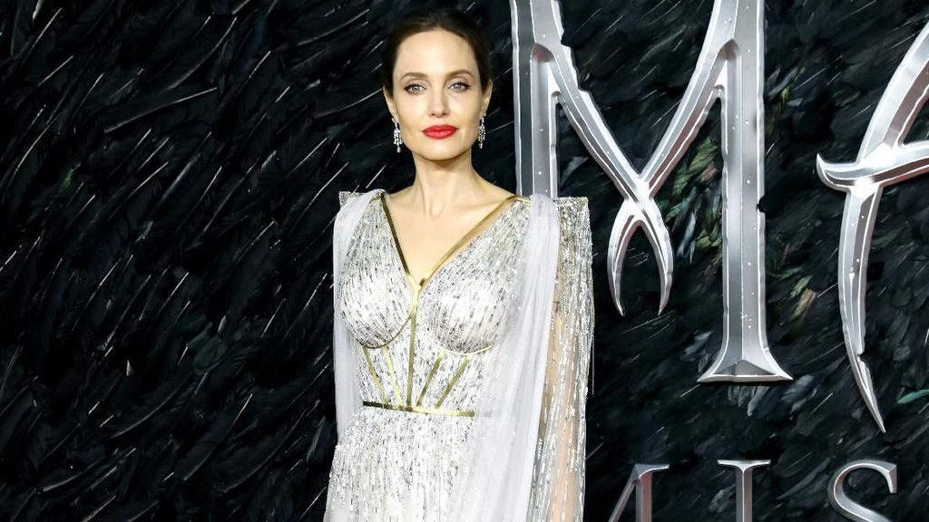 Angelina Jolie Memukau di Red Carpet Maleficent 2, Gaunnya Dibuat 50 Jam